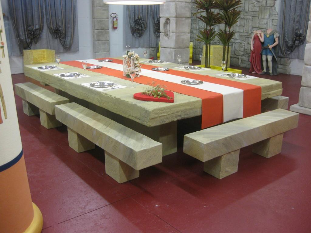 Tavoli In Pietra Per Interni.Lavorazioni In Polistirolo Arredamento Di Interni Tavolo In